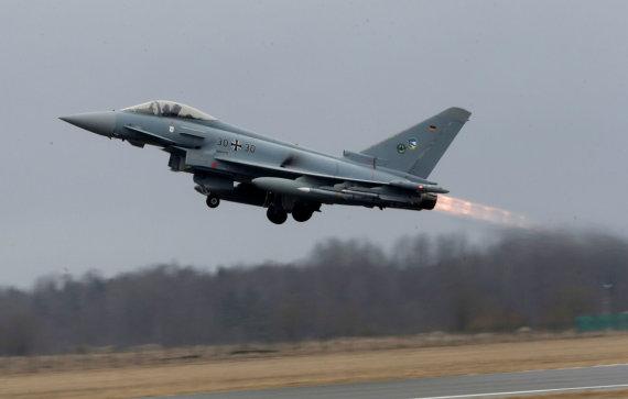 """AFP/""""Scanpix"""" nuotr./Vokietijos karinių oro pajėgų naikintuvas """"Eurofighter"""""""
