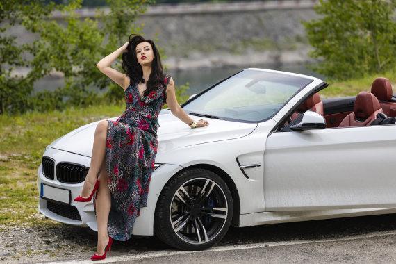123RF.com nuotr./Mergina prie automobilio