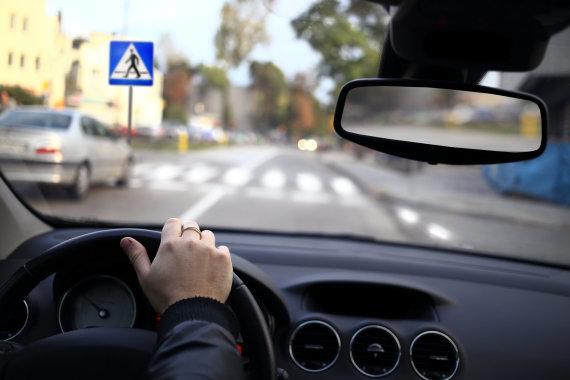 123RF.com nuotr./Automobilis artėja prie pėsčiųjų perėjos