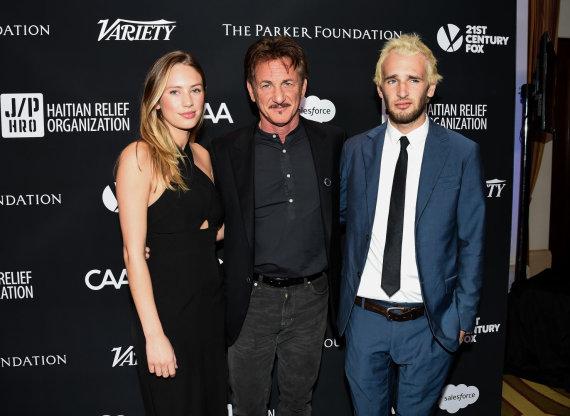 Vida Press nuotr./Seanas Pennas su sūnumi Hopperiu ir dukra Dylan