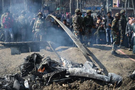 """AFP/""""Scanpix"""" nuotr./Numuštas Indijos karinių oro pajėgų orlaivis"""