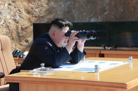 """AFP/""""Scanpix"""" nuotr./Kim Jong Unas stebi raketos paleidimą"""