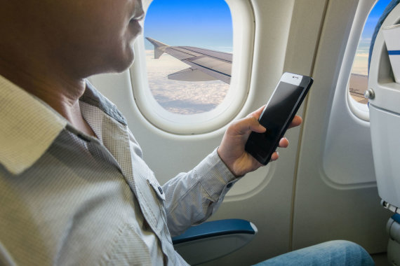 123rf.com/Išmanusis telefonas lėktuve