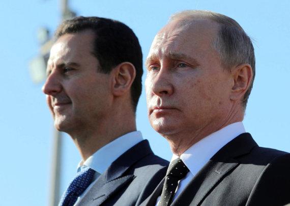 """""""Scanpix""""/AP nuotr./Basharas al Assadas ir Vladimiras Putinas Rusijos karinių oro pajėgų bazėje Sirijoje"""