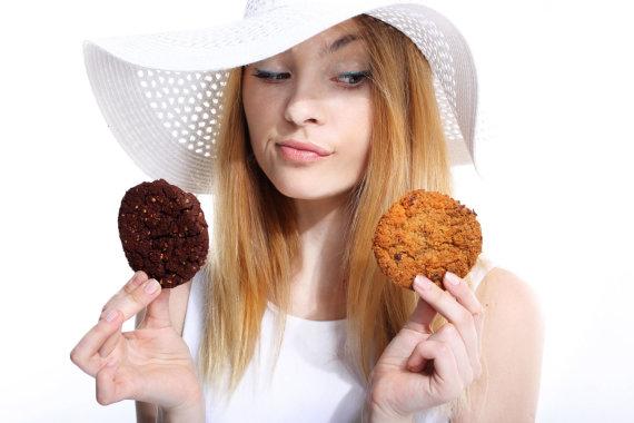Vida Press nuotr./Mergina valgo sausainius