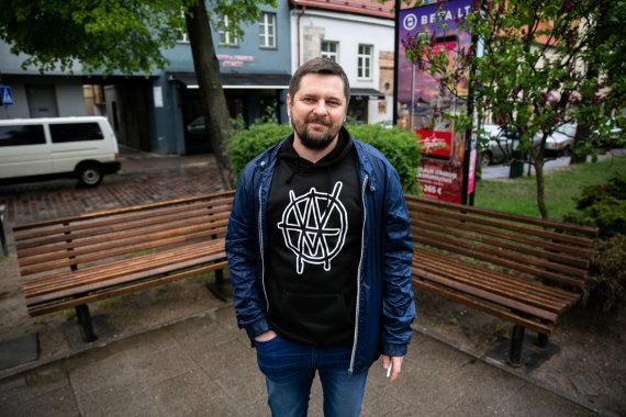 Josvydo Elinsko / 15min nuotr./Kastytis Sarnickas-Kastetas prie suoliukų Vokiečių gatvėje
