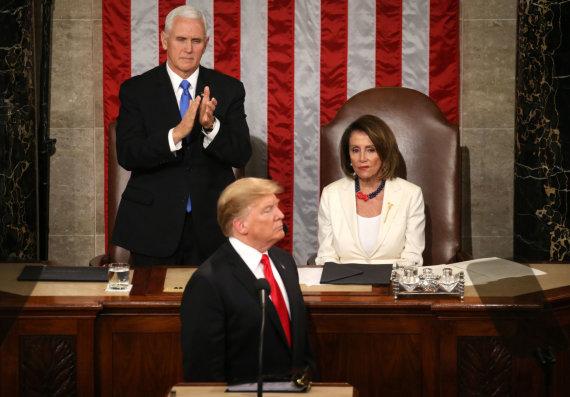 """""""Reuters""""/""""Scanpix"""" nuotr./Mike'as Pence'as, Donaldas Trumpas ir Nancy Pelosi"""