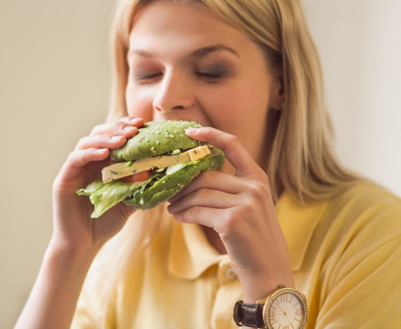 Vida Press nuotr./Moteris valgo burgerį