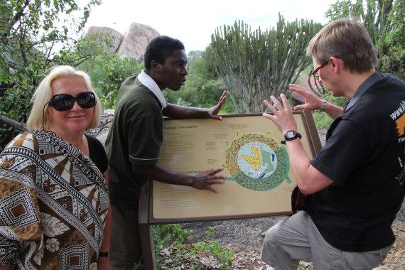 """""""Grūdos"""" nuotr./Straipsnio autorė Birutė Kalkienė ir """"GRŪDOS"""" kelionių vadovas Rytas Šalna su vietiniu gidu Serengečio nacionaliniame parke, Tanzanija, Afrika"""