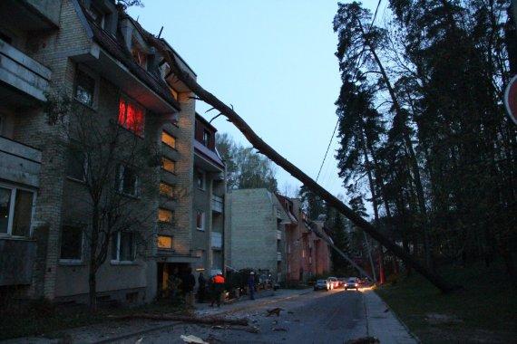 Vilniuje, Mildos gatvėje ant 33 namo vakare užvirto pušis, pralaužė daugiabučio namo stogą, nulaužė elektros stulpus.
