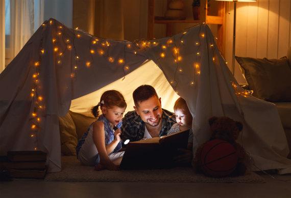 123RF.com nuotr./Tėtis skaito vaikams knygą