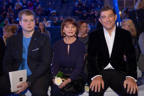 Josvydo Elinsko / 15min nuotr./Astos Valentaitės mama Vanda Valentienė ir Glenas Manchesteris (dešinėje)
