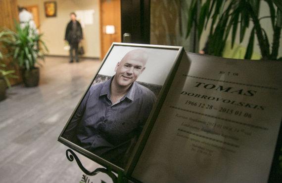 """Luko Balandžio/Žmonės.lt nuotr./Tomas Dobrovolskis ketvirtadienį buvo pašarvotas Vilniaus laidojimo namuose """"Nutrūkusi styga"""""""