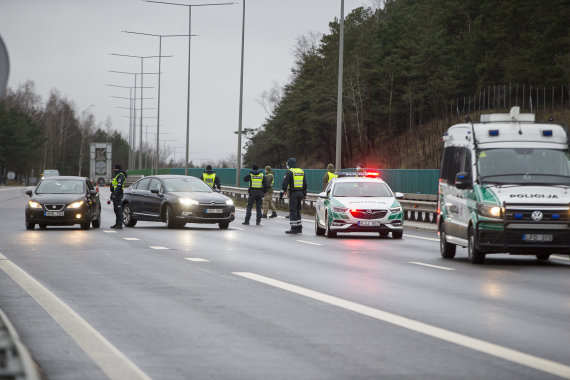 Roko Lukoševičiaus / 15min nuotr./Policijos patikros postas prie įvažiavimo į Vilnių