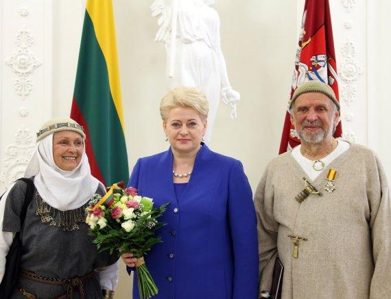 Prezidentūros nuotr./Jonas Trinkūnas su prezidente Dalia Grybauskaite ir žmona Inija