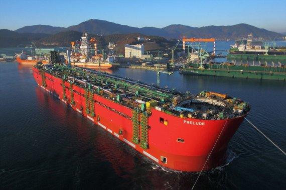 """AFP/""""Scanpix"""" nuotr./Plaukiojanti suskystintų gamtinių dujų platforma """"Prelude"""""""