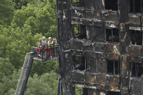 """Scanpix""/AP nuotr./Londono ugniagesiai dirba sudegusiame ""Grenfell Tower"""