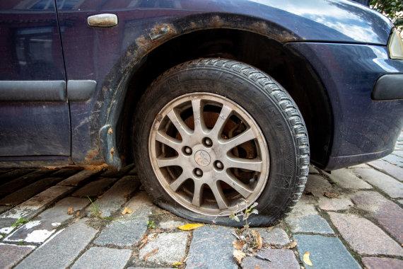Vidmanto Balkūno / 15min nuotr./Sostinės Vokiečių gatvėje esantis apleistas automobilis