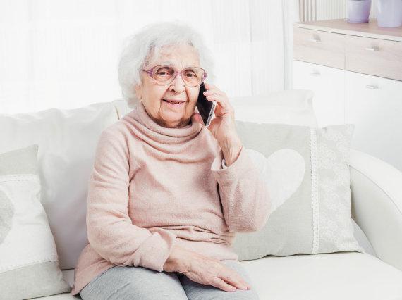 123RF.com nuotr./Garbaus amžiaus moteris kalbasi telefonu