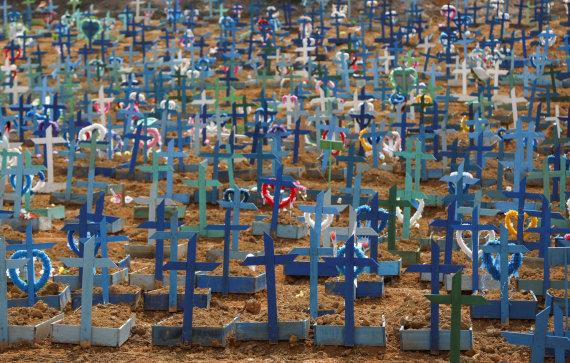 """""""Reuters""""/""""Scanpix"""" nuotr./Koronaviruso aukų kapai Brazilijoje"""