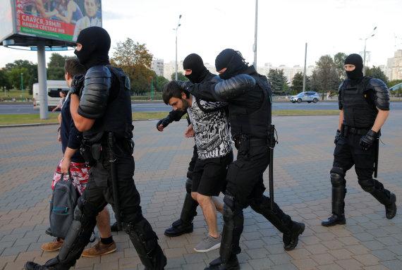 """""""Reuters""""/""""Scanpix"""" nuotr./Baltarusijos pareigūnai sulaiko žmones per opozicijos mitingą kitą dieną po prezidento rinkimų."""