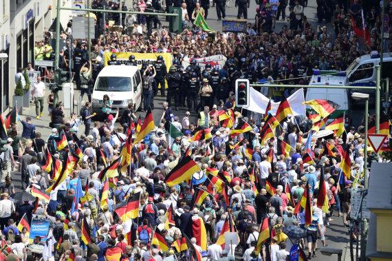 """AFP/""""Scanpix"""" nuotr./""""Alternatyvos Vokietijai"""" šalininkų eisena Berlyne"""