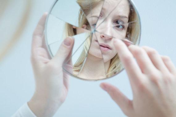 123RF.com nuotr./Moteris žiūri į veidrodį