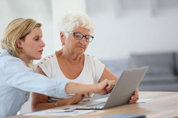 123rf.com/Moteris ir senjorė prie kompiuterio