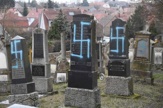 """AFP/""""Scanpix"""" nuotr./Rytų Prancūzijoje žydų kapinėse vandalai išniekino 80 kapų"""