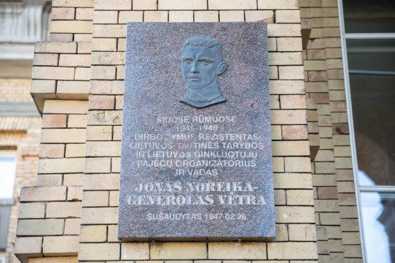 Žygimanto Gedvilos / 15min nuotr./Prie Vrublevskių bibliotekos atvežta Jono Noreikos – Generolo Vėtros atminimo lenta