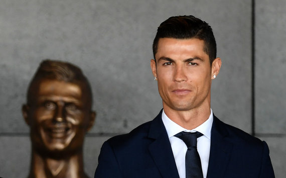 """AFP/""""Scanpix"""" nuotr./Cristiano Ronaldo ir jo skulptūra Madeiroje"""
