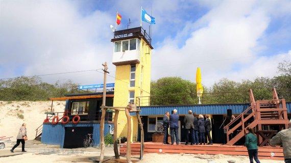Klaipėdos miesto savivaldybės nuotr./Smiltynės paplūdimyje iškelta mėlynoji vėliava