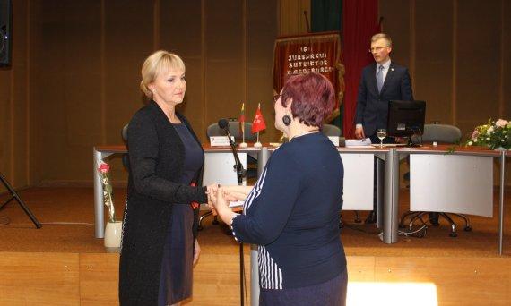 Vilmai Venslauskienei po priesaikos įteikiamas tarybos narės pažymėjimas