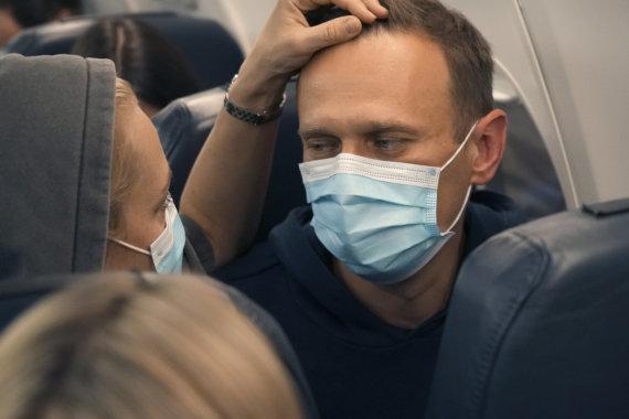 """""""Scanpix""""/AP nuotr./Aleksejus Navalnas su žmona Julija pakeliui į Rusiją"""