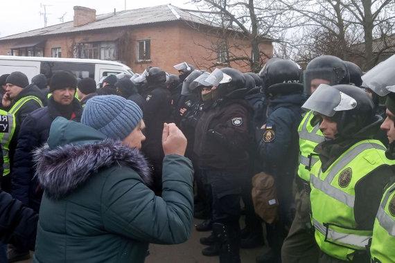 """AFP/""""Scanpix"""" nuotr./Naujųjų Sanžarų gyventojai priešinasi iš Kinijos evakuotų ukrainiečių karantinui jų mieste"""