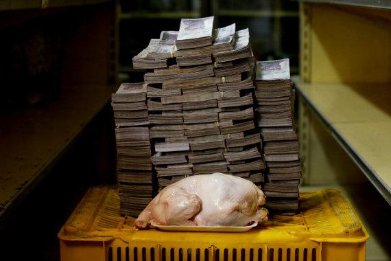 """""""Reuters""""/""""Scanpix"""" nuotr./2,4 kg vištos kaina – 14,600,000 bolivarų"""