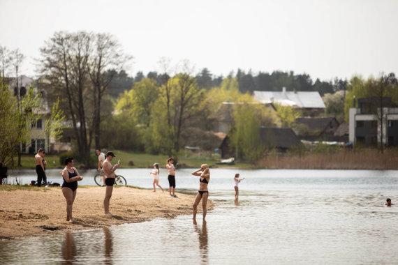 Josvydo Elinsko / 15min nuotr./Vilniečiai džiaugiasi vasarišku oru pliaže