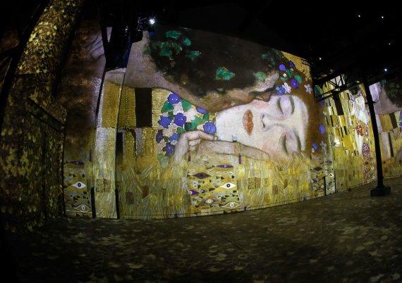 """AFP/""""Scanpix"""" nuotr./Įspūdinga Gustav Klimt paroda skaitmeninio meno centre Paryžiuje"""