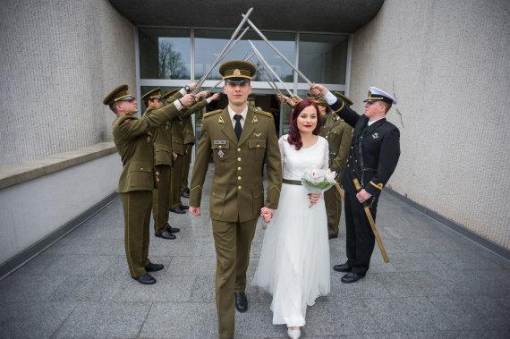Alfredo Pliadžio nuotr./Leitenanto Pavelo Žuk ir Gailės Marijos Mačiulytės vestuvių akimirka