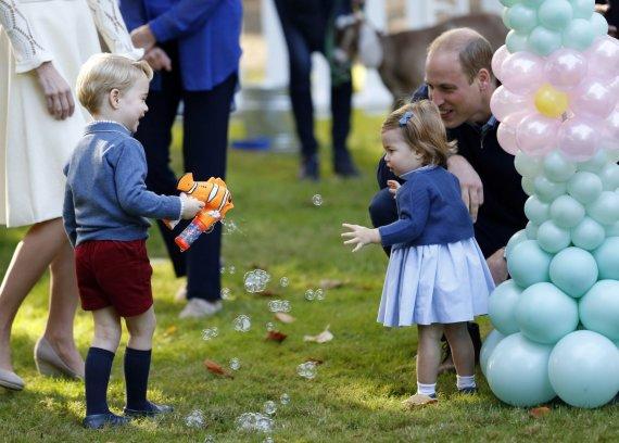"""""""Scanpix""""/AP nuotr./Princas Williamas su vaikais George'u ir Charlotte"""