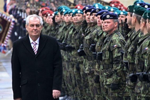 """AFP/""""Scanpix"""" nuotr./Čekijos kariai ir šalies prezidentas Milošas Zemanas"""