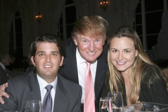 Vida Press nuotr./Donaldas Trumpas ir jo sūnus Donaldas Trumpas jaunesnysis su žmona Vanessa