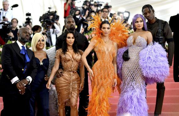 """Scanpix"" nuotr./Kris Jenner su draugu Corey Gamble, Kim Kardashian-West su vyru Kanye Westu, Kendall Jenner, Kylie Jenner su draugu Travisu Scottu"