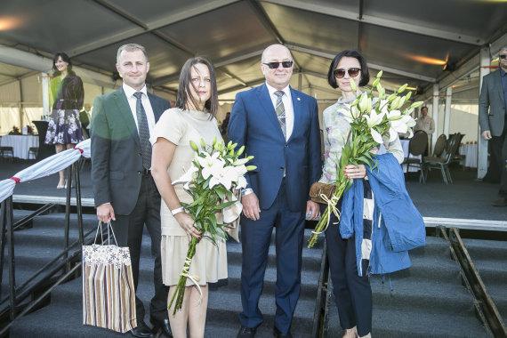 Viganto Ovadnevo/Žmonės.lt nuotr./Šarūnas Matijošaitis su žmona Rasa, Visvaldas Matijošaitis ir Loreta Stonkienė
