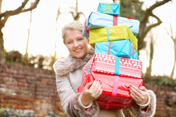 Vida Press nuotr./Moteris su dovanomis