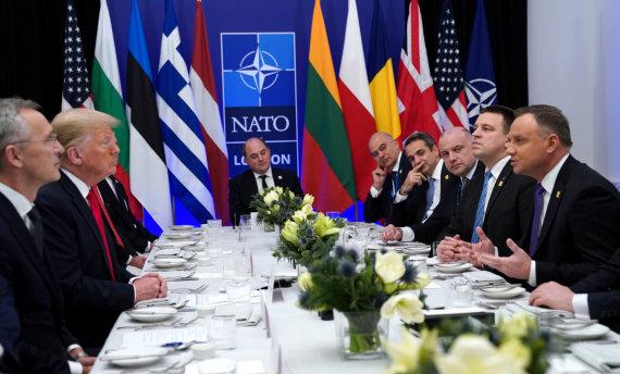 """""""Reuters""""/""""Scanpix"""" nuotr./D.Trumpo pietūs su 2 proc. BVP gynybai skiriančių NATO šalių lyderiais"""