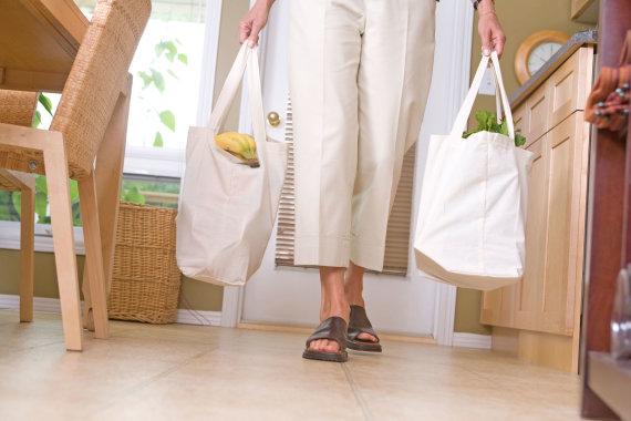 Vida Press nuotr./Moteris su daugkartiniais pirkinių krepšiais