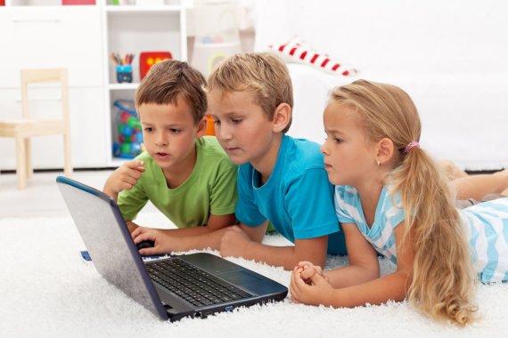 123rf.com/Vaikai žaidžia kompiuteru
