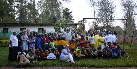 """Kelionių organizatoriaus """"GRŪDA"""" nuotr./""""GRŪDOS"""" keliautojai su stovyklos vaikais ir H. Šulcu, Ruanda"""