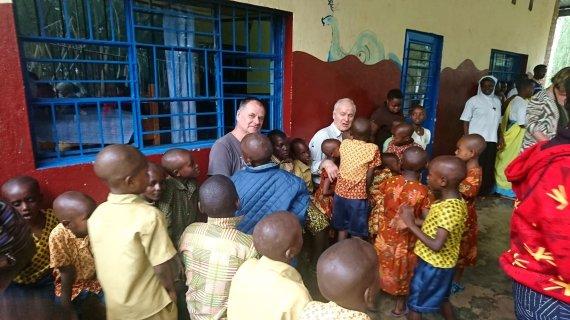 """Kelionių organizatoriaus """"GRŪDA"""" nuotr./""""GRŪDOS"""" keliautojas R. Vilkas su stovyklos vaikais ir H. Šulcu, Ruanda"""